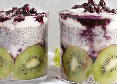 Jogurt z nasionami chia i kiwi